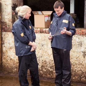 peter-moore-veterinary-adviser-from-nimrod-demonstrating-selekt-to-a-cattle-vet